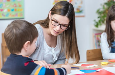 terapia dziecka - chłopiec z terapeutą