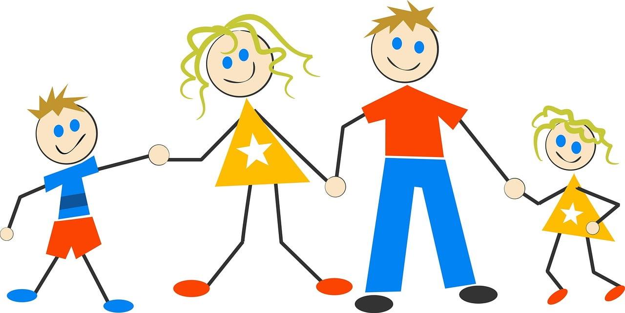 Rodzice z dwójką dzieci trzymają się za ręce