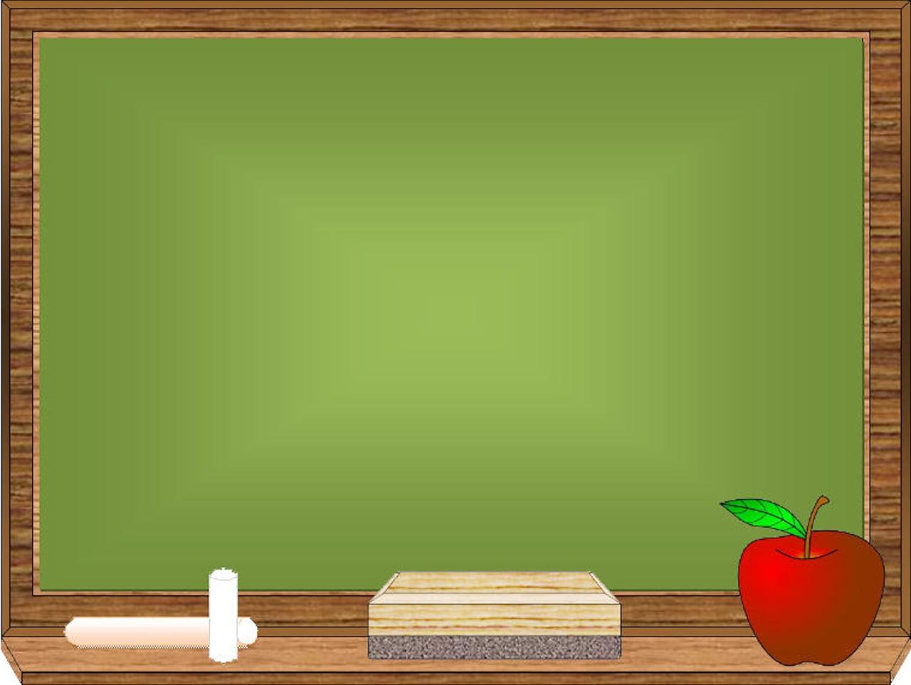 Zielona tablica w szkole, kreda, gąbka i jabłko