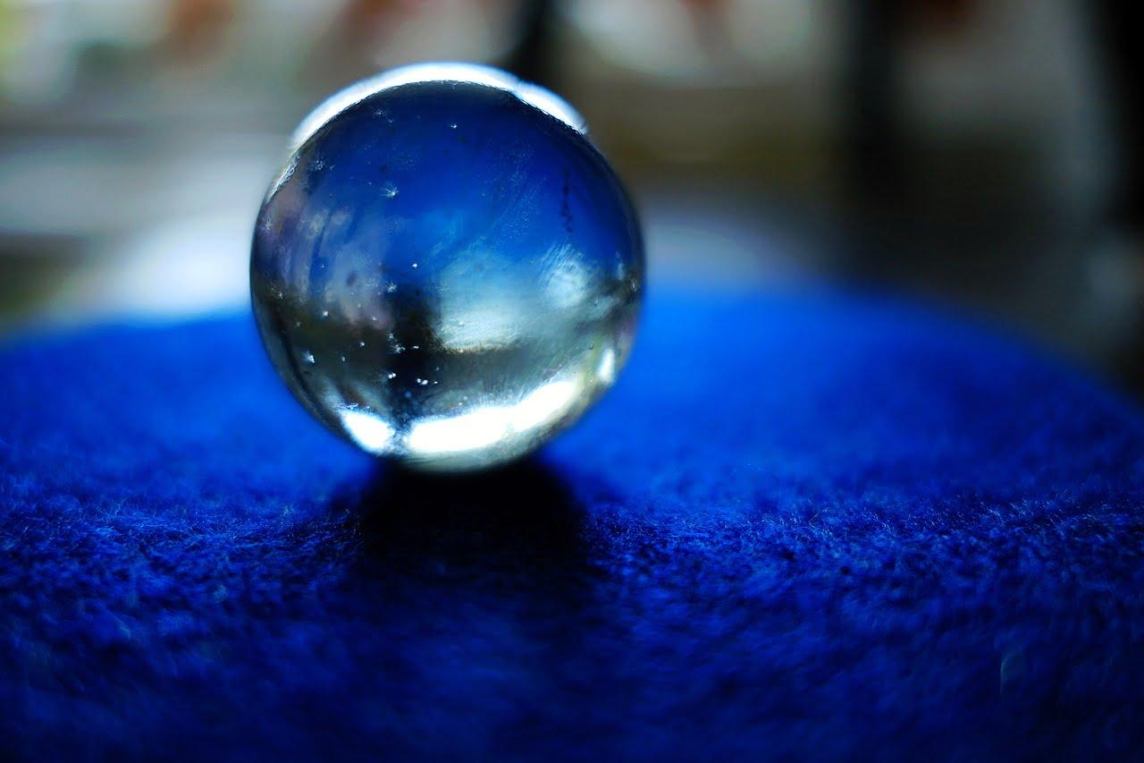 szklana kula na stole