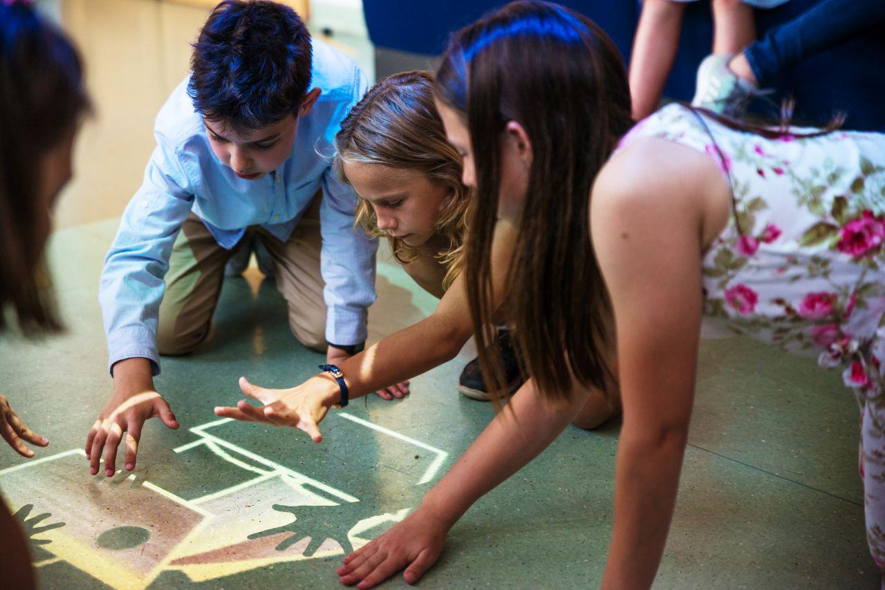 Dzieci podczas ćwiczeń na Magicznym Dywanie