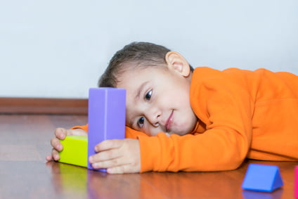 Chłopiec bawi się klockami