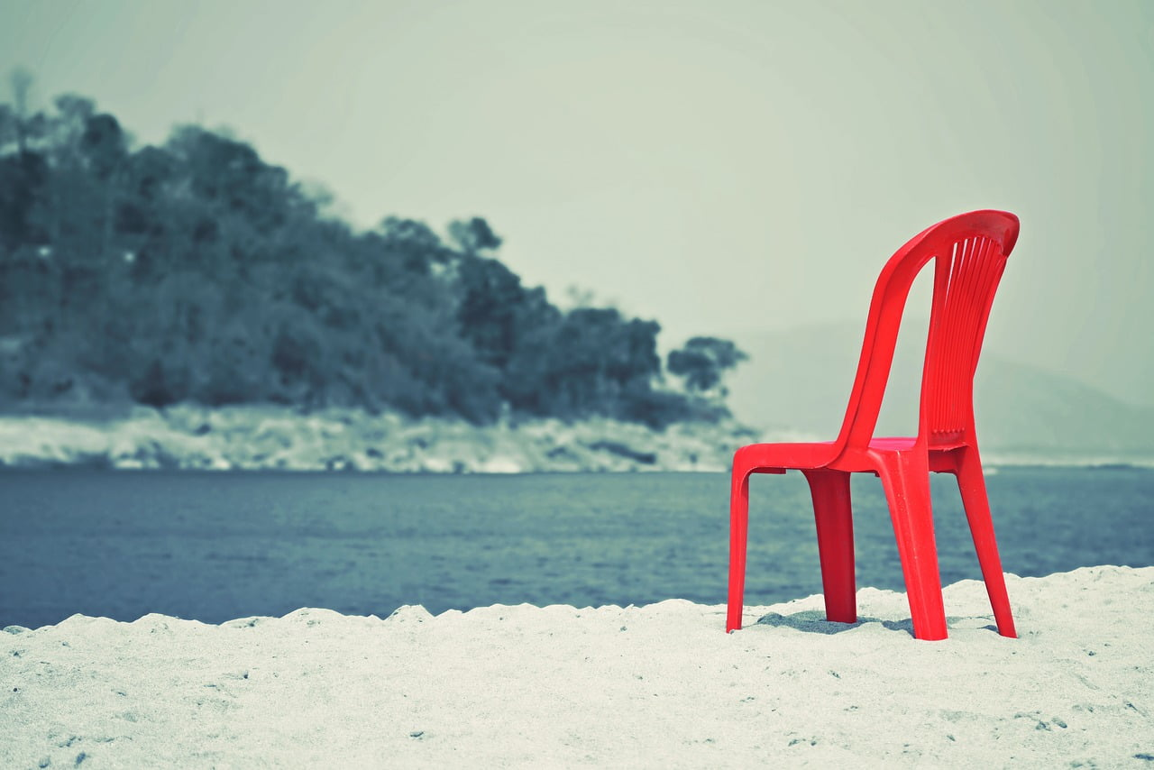 Czerwone krzesło na brzegu rzeki.