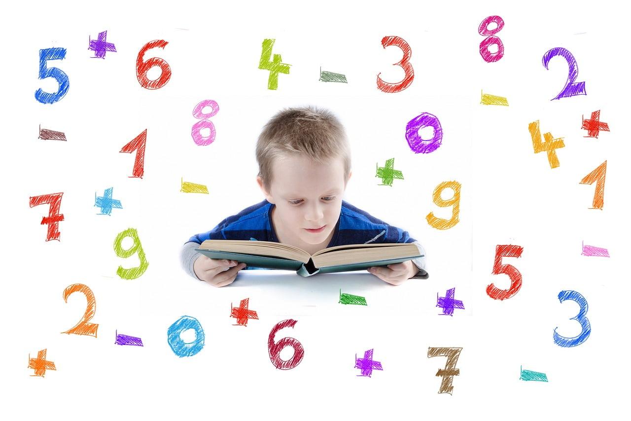 Dziecko czyta książkę, dookoła niego są cyfry