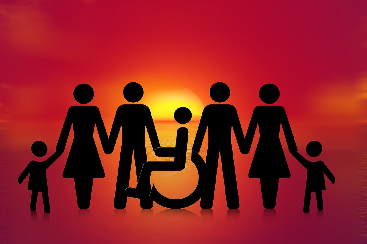 Rodzice i dzieci trzymają się za ręce.