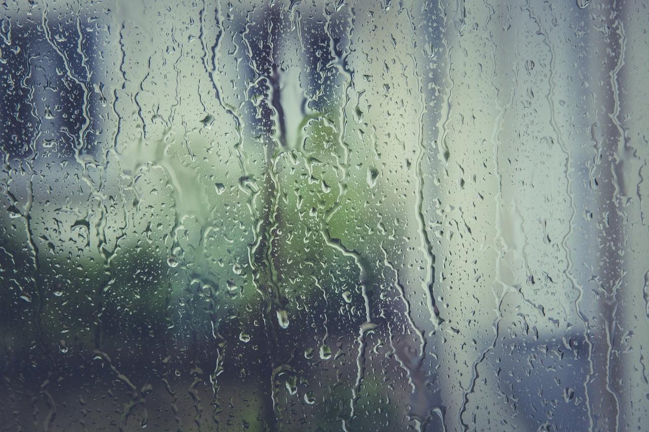 Deszcz spływający po szybie