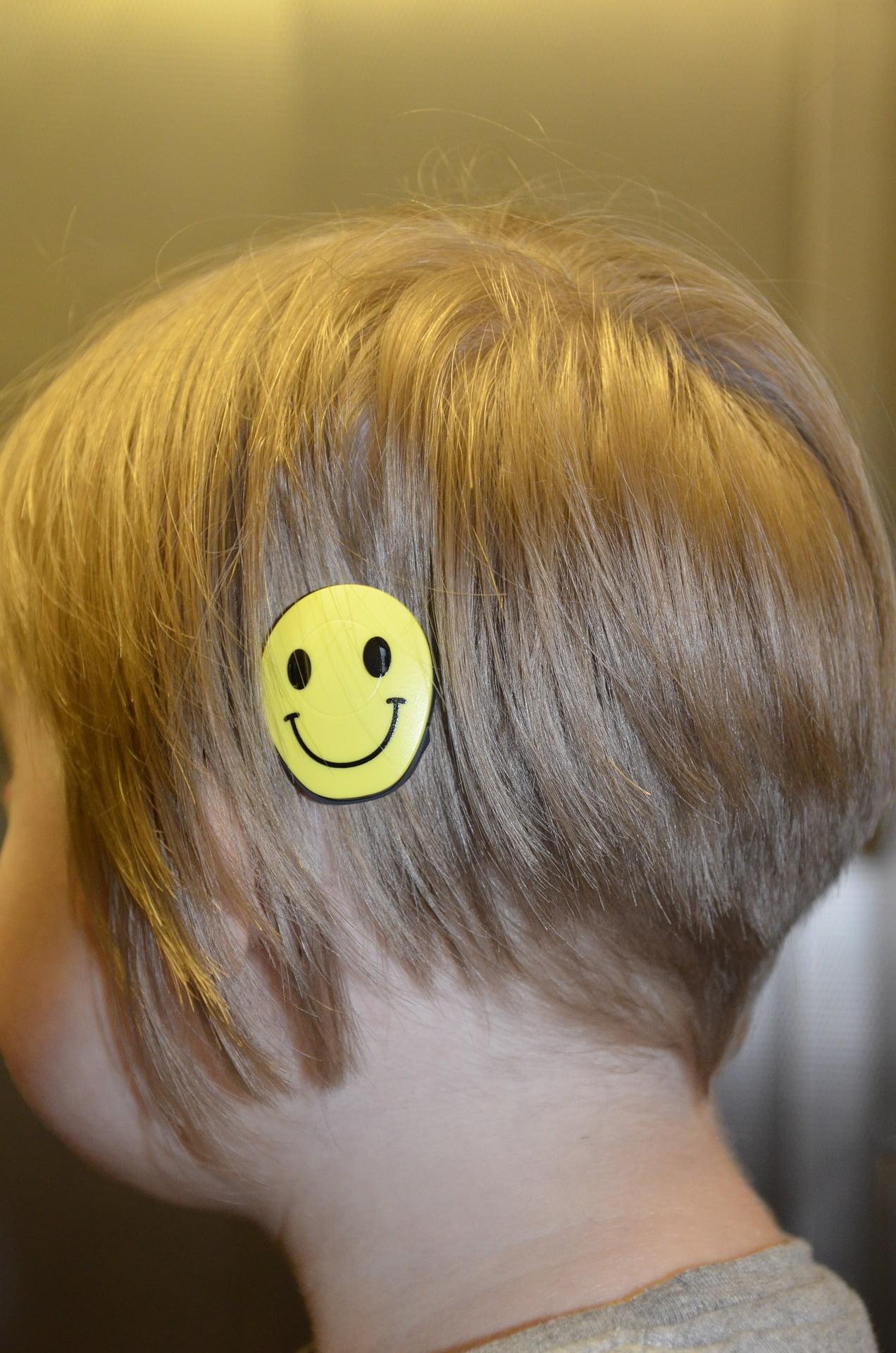 głowa dziecka z implantem
