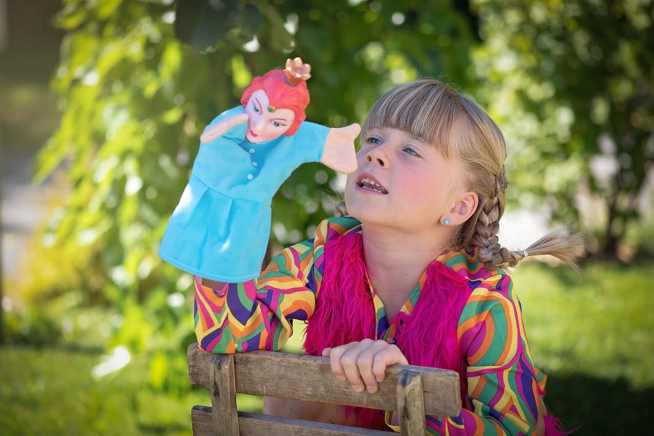 Dziewczynka z pacynką na ręce.