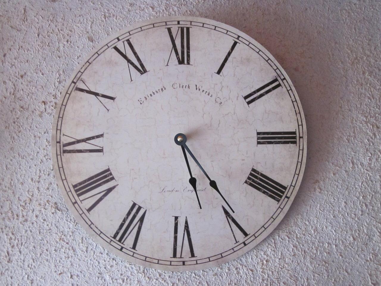 Znaki rzymskie na tarczy zegara