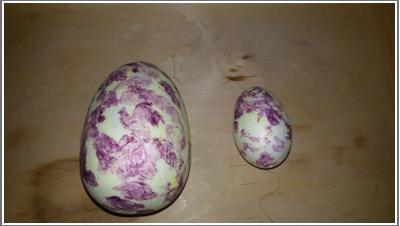 Dwa jajka: większe i mniejsze.