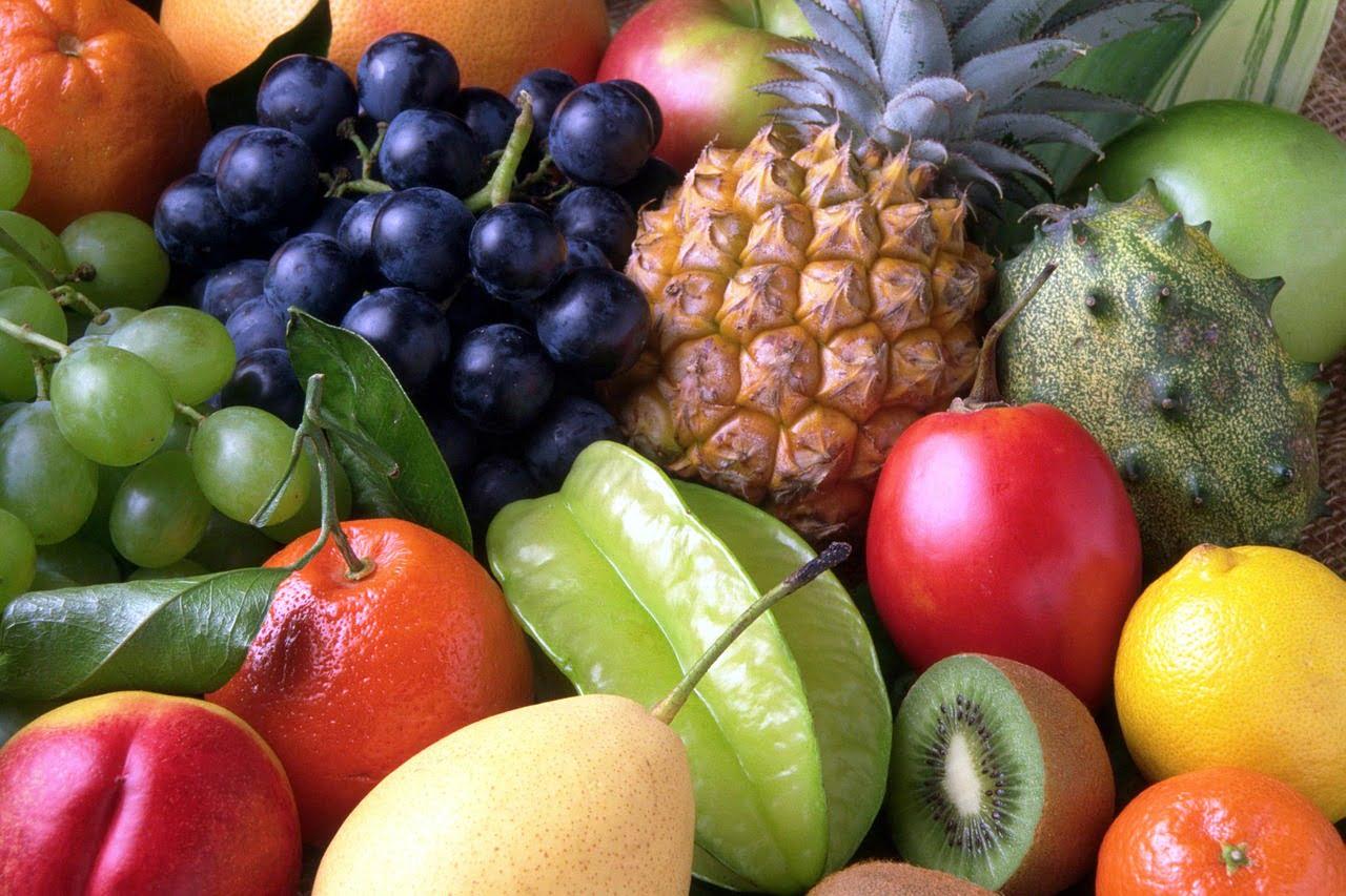 Owoce: ananas, kiwi, winogrona, mandarynki, nektarynki i rzadkie owoce egzotyczne
