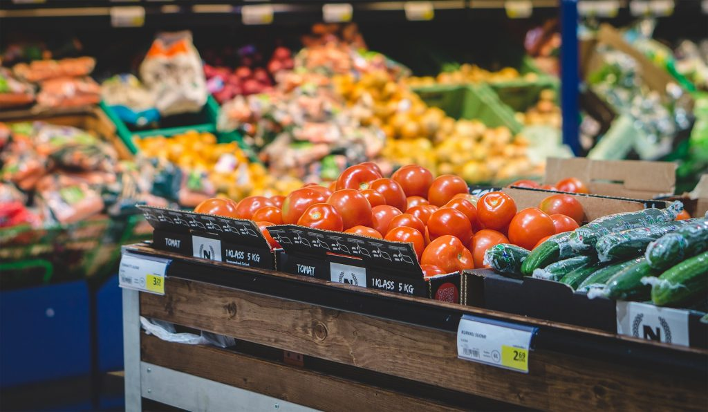 Sklep, warzywa na półkach, pomidory, ogórki i inne