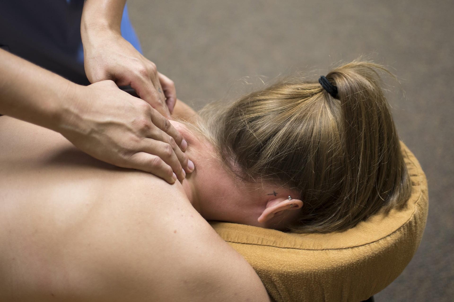 Oosba niewidoma wykonuje masaż