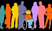 Kolorowe sylwetki ludzi, pośród których znajduje się niepełnosprawne dziecko na wózku inwalidzkim
