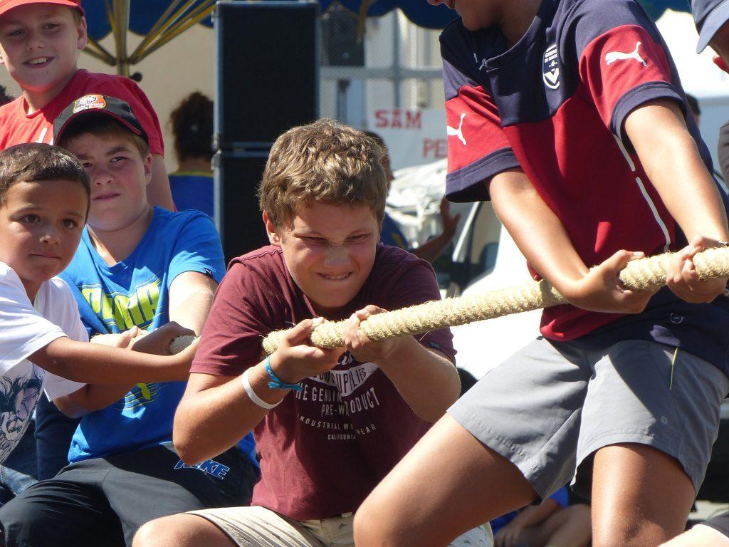 Chłopcy przeciągają linę