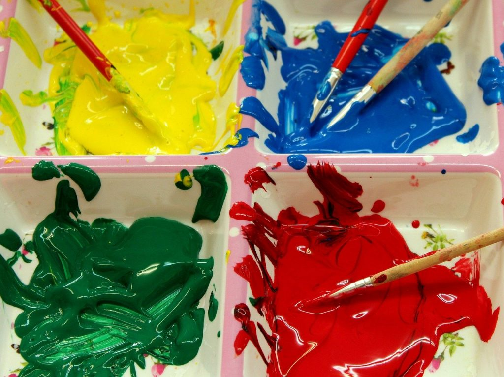 Farby: żółta, czerwona, niebieska, zielona oraz pędzle