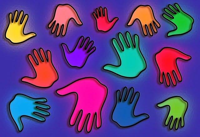 rożnokolorowe dłonie